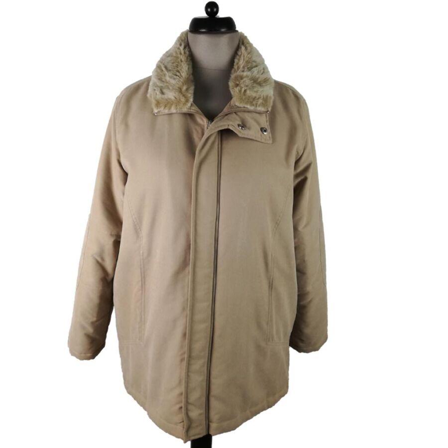 Szőrmés nyakú kabát